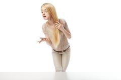 Mujer emocionada joven que mira la ventana de la tienda Imagen de archivo libre de regalías