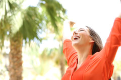 Mujer emocionada que aumenta los brazos al aire libre Imágenes de archivo libres de regalías