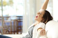 Mujer emocionada que celebra vacaciones en un apartamento Imagen de archivo