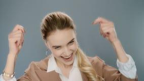 Mujer emocionada que celebra ?xito Gesto feliz del sí de la demostración de la mujer de negocios almacen de metraje de vídeo