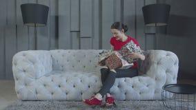 Mujer emocionada que desempaqueta los regalos de cumplea?os en casa almacen de video