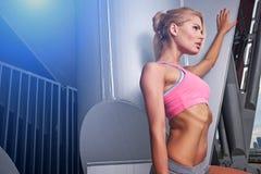 Mujer emocionada que entrena al aire libre Imagenes de archivo