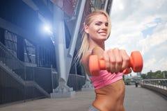 Mujer emocionada que entrena al aire libre Foto de archivo libre de regalías