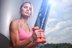 Mujer emocionada que entrena al aire libre Imagen de archivo libre de regalías