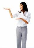 Mujer emocionada que muestra el producto Foto de archivo libre de regalías