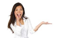 Mujer emocionada que muestra el producto Imagenes de archivo
