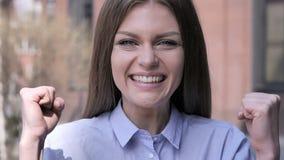 Mujer emocionada que reacciona al éxito, Staning fuera de la oficina metrajes