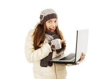 Mujer emocionada que señala en la pantalla de la computadora portátil del netbook Imagenes de archivo