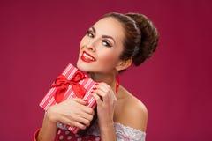 Mujer emocionada que sostiene la caja de regalo Estilo retro Pin-para arriba Imagen de archivo