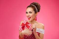 Mujer emocionada que sostiene la caja de regalo Estilo retro Pin-para arriba Fotos de archivo libres de regalías