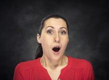 Mujer emocionada sobre fondo oscuro Imágenes de archivo libres de regalías