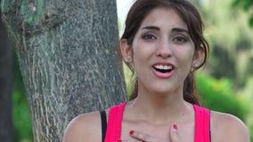 Mujer emocionada tímida feliz metrajes