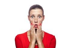 Mujer emocional con la camiseta y las pecas rojas Fotografía de archivo