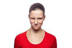 Mujer emocional con la camiseta y las pecas rojas Fotos de archivo