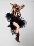 Mujer emocional de la manera - salte en el aire Foto de archivo