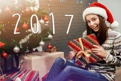 mujer emocional feliz hermosa del número del Año Nuevo de la muestra de 2017 textos Imagenes de archivo