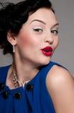 Mujer emocional hermosa del encanto con los labios rojos Fotos de archivo