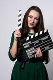 Mujer emocional hermosa que sostiene una chapaleta de la película Foto de archivo libre de regalías