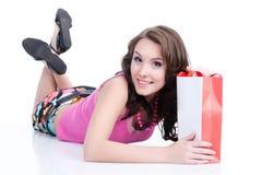 Mujer emocional joven con la bolsa de papel Fotos de archivo libres de regalías