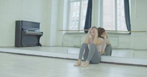 Mujer emocionalmente subrayada que se inclina en el espejo almacen de video