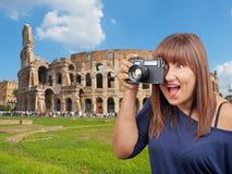 Mujer emocionante que toma la foto Colosseum Roma Fotografía de archivo