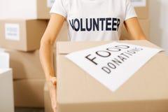 Mujer enérgica motivada que trabaja para las causas caritativas Imagen de archivo libre de regalías