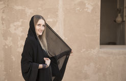 Mujer en abaya en el castillo de Jabrin Fotografía de archivo libre de regalías