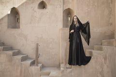 Mujer en abaya en el castillo de Jabrin Imágenes de archivo libres de regalías