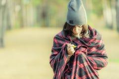 Mujer en abrigo con el cigarrillo y el encendedor Imagen de archivo