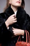 Mujer en abrigo de pieles Foto de archivo libre de regalías
