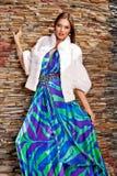 Mujer en abrigo de pieles blanco de lujo Fotos de archivo