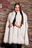 Mujer en abrigo de pieles blanco de lujo Imagen de archivo libre de regalías