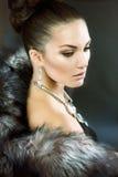 Mujer en abrigo de pieles de lujo Foto de archivo libre de regalías