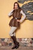 Mujer en abrigo de pieles de lujo Fotografía de archivo libre de regalías