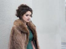 Elegancia. Brunette encantador del otoño en abrigo de pieles en sus pensamientos Foto de archivo