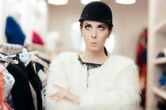 Mujer en abrigo de pieles y compras elegantes lindas del sombrero Fotos de archivo libres de regalías