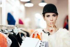 Mujer en abrigo de pieles y compras elegantes lindas del sombrero imagen de archivo libre de regalías