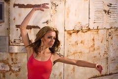 Mujer en actitud de la danza Imágenes de archivo libres de regalías