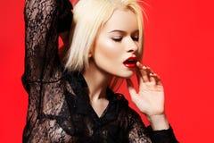 Mujer en actitud del modelo dinámico, camisa de la manera del cordón imágenes de archivo libres de regalías