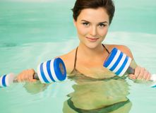 Mujer en aeróbicos de agua Imagenes de archivo