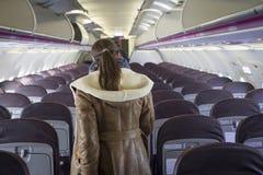 Mujer en aeroplano imagen de archivo