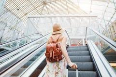 Mujer en aeropuerto moderno, gente que viaja con equipaje fotografía de archivo libre de regalías