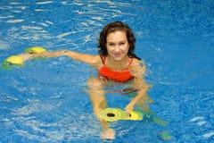 Mujer en agua con los dumbbels Imagen de archivo libre de regalías