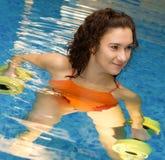 Mujer en agua con los dumbbels Fotos de archivo