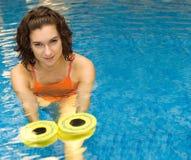 Mujer en agua con los dumbbels Imágenes de archivo libres de regalías