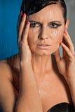 Mujer en agua negra del goteo de la ropa interior Foto de archivo