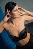 Mujer en agua negra del goteo de la ropa interior Foto de archivo libre de regalías
