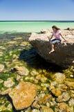 Mujer en agua tropical fotos de archivo