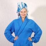 Mujer en albornoz con la toalla en la cabeza Fotos de archivo libres de regalías