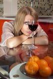 Mujer en alineada del brillo con el vidrio de vino Fotos de archivo libres de regalías
